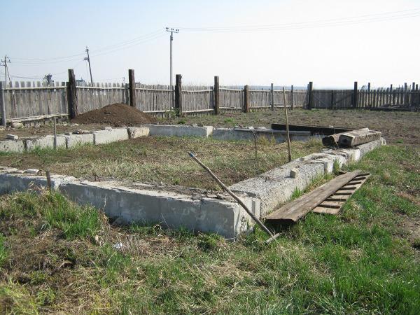 Общий вид строительной площадки. Старый фундамент.