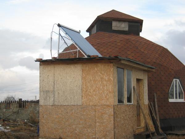 Солнечный коллектор на крыше веранды